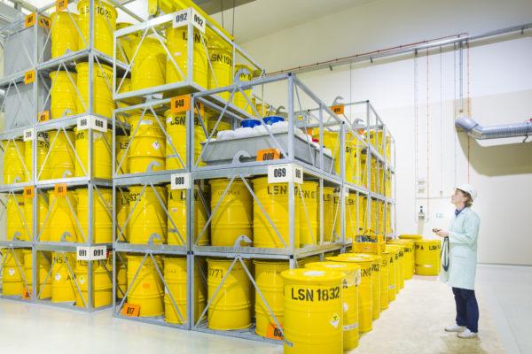 Lagerungsarbeiten von Abfällen in gelben Abfallfässern in der Landessammelstelle Sachsen