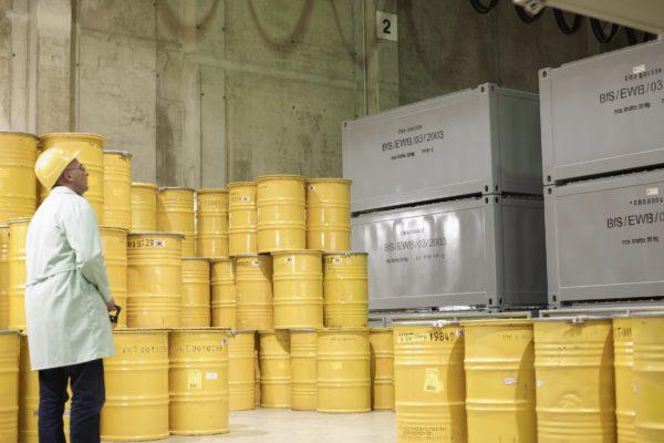 Gelbe Abfallfässer und graue Konrad-Container im Zwischenlager Rossendorf