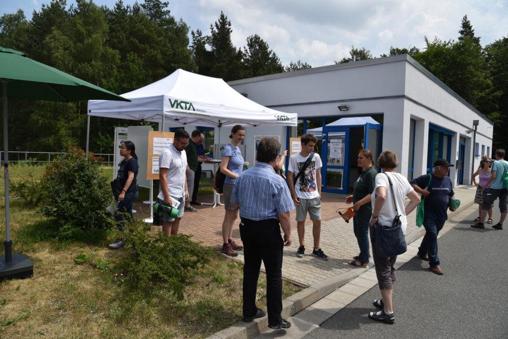 Besucher am VKTA-Informationszentrum informieren sich am Tag des offenen Labors über die Arbeit des VKTA